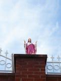 Statue von Jesus mit Hintergrund des blauen Himmels stockbild