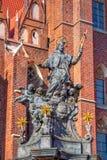 Statue von Johannes von Nepomuk mit goldenen Nimbus, Sternen und Engeln Stockbilder