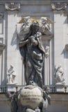Statue von Jungfrau Maria mit der goldenen Krone vor Stockbild