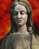 Statue von Jungfrau Maria vor dem hintergrund des Feuers Lizenzfreie Stockbilder