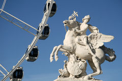 Statue von König des Ruhmes Pegasus auf das Place de la Concorde mit Riesenrad, Paris, Frankreich reiten Lizenzfreies Stockbild