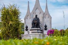 Statue von König Rama III vor Wat Ratchanatdaram von Bangkok, Thailand lizenzfreies stockbild