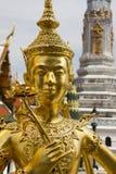 Statue von Kinnari im großartigen Palast (Wat Phra Kaeo) in Bangkok, Thailand lizenzfreie stockbilder