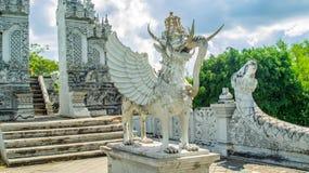 Statue von Lembuswana in Pulau Kumala, Mythologietier von Indonesien, im hindischen Arttempel Stockbilder