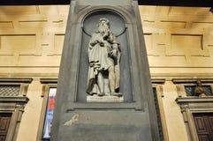 Statue von Leonardo da Vinci in Uffizi-Gasse nachts in Florenz, Italien. lizenzfreies stockfoto