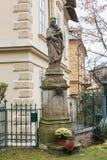 Statue von Madonna mit Sternen Nimbus auf Front der Kathedrale von Notre Dame der Annahme in Entraveaux Lizenzfreie Stockfotografie