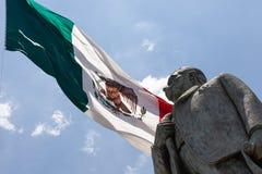 Statue von Manuel Jose anderer mit der mexikanischen Flagge im Hintergrund lizenzfreies stockbild