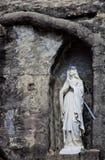Statue von Mary in der Nische Stockfotografie