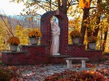 Statue von Mary und von Schätzchen Jesus Lizenzfreie Stockfotografie