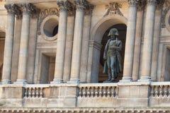 Statue von Napoleon Bonaparte in seiner Uniform, die unten vom Balkon von Les Invalides schaut Lizenzfreies Stockbild