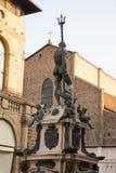 Statue von Neptun der Riese im Marktplatz Maggiore, mit der Kirche von San Petronio, Bologna Italien lizenzfreie stockfotos