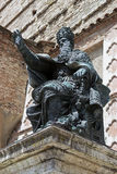 Statue von Papst Julius III. vor der Kathedrale von San Lorenzo, Perugia Stockfotos