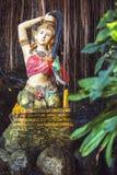 Statue von Phra-mae thorani, das ihr Haar, das buddhistische godd verdreht Lizenzfreie Stockfotografie
