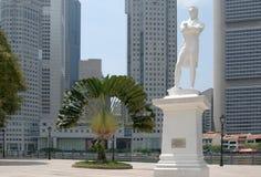 Statue von Raffles an der historischen Site in Singapur stockfotos