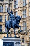 Statue von Richard das Lionheart außerhalb des Haus-Parlaments, London Lizenzfreies Stockfoto
