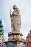 Statue von Roland in einer alten Stadt von Riga Stockbild