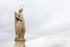 Statue von San Rafael in der römischen Brücke Stockfoto