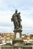 Statue von St Anthony von Padua auf Charles Bridge in Prag stockfotos