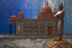 Statue von Swami Vivekananda mit Replik von Vivekananda-Felsen Erinnerungs-Kanyakumari, Pune lizenzfreies stockfoto