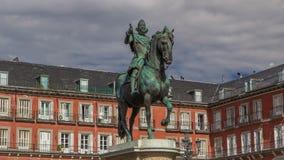 Statue von timelapse Philip III hyperlapse an Bürgermeisterpiazza in Madrid an einem schönen Sommertag, Spanien stock footage