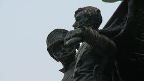 Statue von zwei Soldaten stock footage