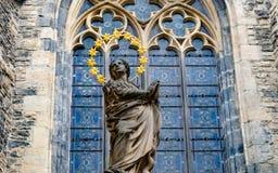 Statue vor gotischer Kirche in Berlin stockfotos