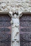 Statue vor Notre Dame Cathedral Stockfoto