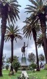 Statue zwischen Palmen Stockbild