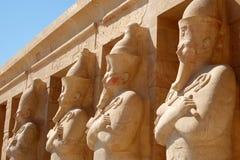 Statuen am ägyptischen Tempel Stockbild