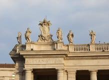 Statuen über der Bernini-Kolonnade im Heiligen Peters Square im Th lizenzfreies stockbild