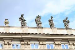 Statuen auf Dach Stockbilder