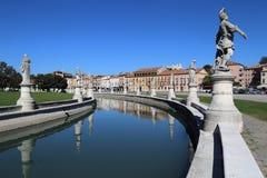 Statuen auf dem Prato-della Valle quadrieren in Padua, Italien stockfotografie
