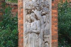 Statuen auf der Ziegelsteinspalte im Garten Stockfotos
