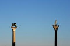 Statuen auf hohen Spalten Lizenzfreies Stockbild