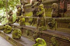 Statuen bedeckt im grünen Moos auf Affen Forest Ubud, Bali Stockfotos
