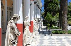 Statuen in der Achilleions-Terrasse Gastouri eine Korfu-Insel, Griechenland Stockfotos