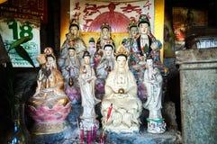 Statuen der Göttin der Gnade Guanyin in einem behelfsmäßigen Schrein, Hong Kong Lizenzfreie Stockbilder