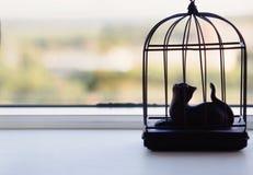 Statuen der Katze auf einem Fensterbrett Lizenzfreie Stockfotos