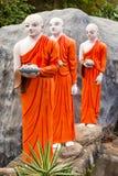Statuen des buddhistischen Mönchs, die zu Gold-Buddha-Tempel, Dambulla, Sri gehen Stockfotografie