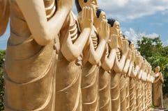 Statuen des buddhistischen Mönchs in einem buddhistischen Tempel in Sri Lanka Lizenzfreie Stockfotografie