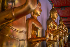 Statuen an einem buddhistischen Tempel in Bangkok Stockfotos