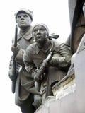 Statuen einer Frau und des Mannes mit Gewehren Stockfotografie
