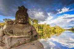 Statuen am Eingang von Angkor Thom stockfotografie