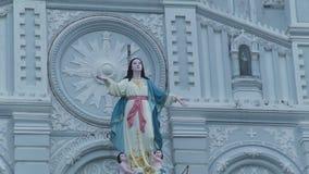 Statuen-heiliger Jungfrau Maria und Engel auf katholischer Kathedrale der Fassade Religiöse Architektur katholische Kirche mit St stock footage