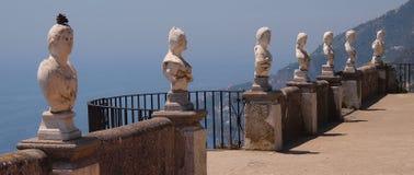 Statuen mit einer Ansicht über Amalfi Stockfotos