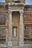 Statuen schmücken die Front der gefeierten Bibliothek bei Ephesus Stockbild