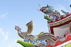 Statuen schnitzten Drachen und Vogel auf dem Dachschrein lizenzfreies stockfoto