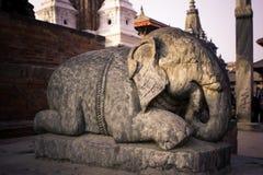 Statuen und Dekorationen in Quadrat Patan Durbar, Nepal stockbilder