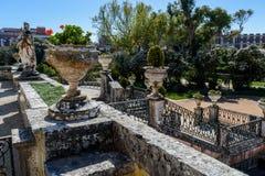 Statuen und Treppenhaus im Garten Marquês de Pombal Palace - des Oeiras, Portugal stockbild