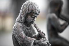 Statuen von den Kindern, die Musikinstrumente spielen Stockfoto